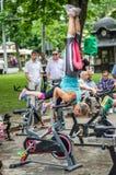 LVIV, ΟΥΚΡΑΝΊΑ - ΤΟΝ ΙΟΎΝΙΟ ΤΟΥ 2016: Το νέο γοητευτικό αθλητικό κορίτσι στην οδό παρουσιάζει διαφορετικές ασκήσεις στην ικανότητ Στοκ Φωτογραφία