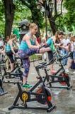 LVIV, ΟΥΚΡΑΝΊΑ - ΤΟΝ ΙΟΎΝΙΟ ΤΟΥ 2016: Το νέο γοητευτικό αθλητικό κορίτσι στην οδό παρουσιάζει διαφορετικές ασκήσεις στην ικανότητ Στοκ εικόνα με δικαίωμα ελεύθερης χρήσης