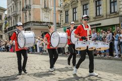 LVIV, ΟΥΚΡΑΝΊΑ - ΤΟ ΜΆΙΟ ΤΟΥ 2018: Η μουσική ορχήστρα αποδίδει σε μια συναυλία έκθεσης κατά τη διάρκεια μιας παρέλασης στο κέντρο Στοκ εικόνες με δικαίωμα ελεύθερης χρήσης