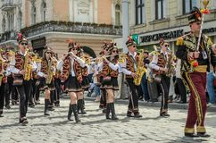 LVIV, ΟΥΚΡΑΝΊΑ - ΤΟ ΜΆΙΟ ΤΟΥ 2018: Μια ορχήστρα πνευστ0ών από χαλκό με τα τύμπανα στα κοστούμια καρναβαλιού περπατά στο κέντρο τη Στοκ Φωτογραφίες