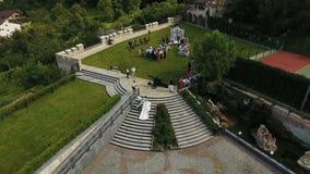 03 08 17 Lviv υπόλοιπο Kavalier γάμος Ο πατέρας οδηγεί τη νύφη κορών του στα σκαλοπάτια στο βωμό όπου ο νεόνυμφος απόθεμα βίντεο