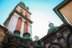 Lviv antagande av den v?lsignade oskulden Mary Church Tower av sikten Korniakt f?r l?g vinkel arkivbilder