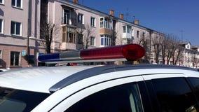 LVIV, DE OEKRAÏNE - APRIL 14, 2019: Het dak van een politiewagen met opvlammende blauw en rode lichten stock video