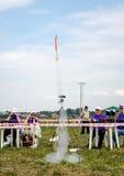 Lviv, de Oekraïne - Augustus 2015: FAI European-kampioenschappen voor ruimtemodellen 2015 Begin modelraket Stock Foto's