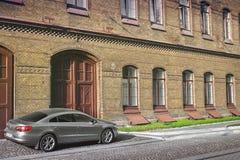 Lviv, de Oekraïne - Augustus 25, 2018: Privé auto Volkswagen CC dichtbij het gebouw royalty-vrije stock afbeelding