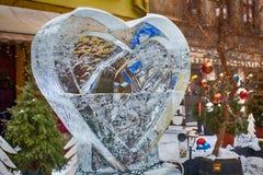 LVIV, de OEKRAÏNE - Februari 21, 2018 Ijsbeeldhouwwerk met een hart stock afbeelding