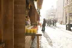 Lviv, de Oekraïne - Januari 1, 2017: Kruik met honing en snoepjes op N Stock Afbeelding