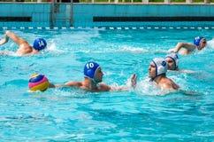 Lviv, de Oekraïne - Juli 2015: Het Oekraïense polo van het Kopwater De bal van het het waterpolo van het atletenteam in een zwemb Royalty-vrije Stock Foto's