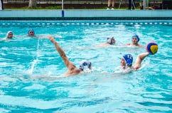 Lviv, de Oekraïne - Juli 2015: Het Oekraïense polo van het Kopwater De bal van het het waterpolo van het atletenteam in een zwemb Stock Foto's