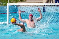 Lviv, de Oekraïne - Juli 2015: Het Oekraïense polo van het Kopwater De bal van het het waterpolo van het atletenteam in een zwemb Stock Afbeelding