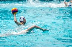 Lviv, de Oekraïne - Juli 2015: Het Oekraïense polo van het Kopwater De bal van het het waterpolo van het atletenteam in een zwemb Stock Foto