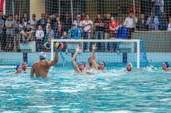 Lviv, de Oekraïne - Juli 2015: Het Oekraïense polo van het Kopwater De bal van het het waterpolo van het atletenteam in een zwemb Stock Fotografie