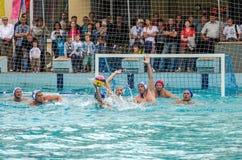 Lviv, de Oekraïne - Juli 2015: Het Oekraïense polo van het Kopwater De bal van het het waterpolo van het atletenteam in een zwemb Royalty-vrije Stock Foto
