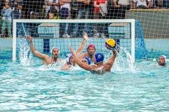 Lviv, de Oekraïne - Juli 2015: Het Oekraïense polo van het Kopwater De bal van het het waterpolo van het atletenteam in een zwemb Royalty-vrije Stock Afbeelding