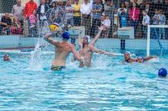 Lviv, de Oekraïne - Juli 2015: Het Oekraïense polo van het Kopwater De bal van het het waterpolo van het atletenteam in een zwemb Royalty-vrije Stock Fotografie