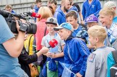 Lviv, de Oekraïne - Juli 2015: Het Oekraïense polo van het Kopwater in de pool SKA De jongen geeft gesprek aan Kanaal 24 na het w Royalty-vrije Stock Foto