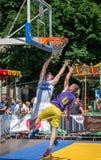 Lviv, de Oekraïne - Juli 2015: Yarychstraat Fest 2015 De concurrentie van het straatbasketbal bij het festival dichtbij Lviv-Oper Royalty-vrije Stock Afbeelding