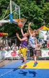 Lviv, de Oekraïne - Juli 2015: Yarychstraat Fest 2015 De concurrentie van het straatbasketbal bij het festival dichtbij Lviv-Oper Stock Afbeelding