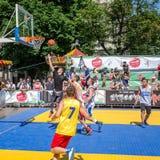 Lviv, de Oekraïne - Juli 2015: Yarychstraat Fest 2015 De concurrentie van het straatbasketbal bij het festival dichtbij Lviv-Oper Royalty-vrije Stock Fotografie