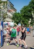 Lviv, de Oekraïne - Juli 2015: Yarychstraat Fest 2015 De concurrentie van het straatbasketbal bij het festival dichtbij Lviv-Oper Stock Afbeeldingen