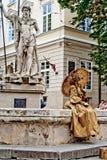 LVIV, DE OEKRAÏNE - JUNI, 29: Gouden het leven standbeeld van vrouw, 29 Juni, 2013 Stock Afbeelding