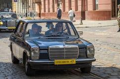 LVIV, DE OEKRAÏNE - JUNI 2018: Oude uitstekende retro Mercedes-autoritten door de straten van de stad Royalty-vrije Stock Fotografie