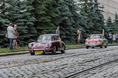 LVIV, DE OEKRAÏNE - JUNI 2018: De oude uitstekende retro ritten van autoporsche door de straten van de stad Royalty-vrije Stock Fotografie