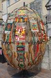 LVIV, de OEKRAÏNE, 2 MEI 2014 - Decoratief die paasei van tapijt wordt gemaakt Royalty-vrije Stock Foto