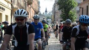 LVIV, DE OEKRAÏNE - MEI 2018: Een cycloon in een fietsrit in het centrum van de stad op een heldere, zonnige de zomerdag stock footage