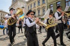 LVIV, DE OEKRAÏNE - MEI 2018: Het muzikale orkest presteert bij een tentoonstellingsoverleg tijdens een parade in het centrum van Stock Foto's