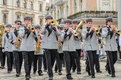 LVIV, DE OEKRAÏNE - MEI 2018: Het muzikale orkest presteert bij een tentoonstellingsoverleg tijdens een parade in het centrum van Royalty-vrije Stock Afbeelding