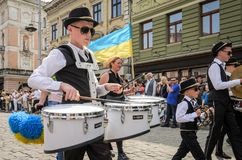 LVIV, DE OEKRAÏNE - MEI 2018: Het muzikale orkest presteert bij een tentoonstellingsoverleg tijdens een parade in het centrum van Royalty-vrije Stock Fotografie