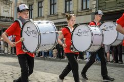 LVIV, DE OEKRAÏNE - MEI 2018: Het muzikale orkest presteert bij een tentoonstellingsoverleg tijdens een parade in het centrum van Royalty-vrije Stock Foto's