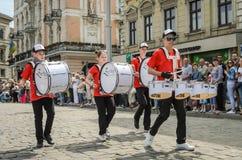 LVIV, DE OEKRAÏNE - MEI 2018: Het muzikale orkest presteert bij een tentoonstellingsoverleg tijdens een parade in het centrum van Royalty-vrije Stock Afbeeldingen