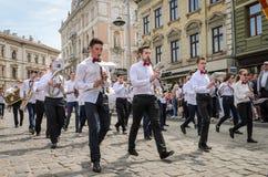 LVIV, DE OEKRAÏNE - MEI 2018: Het muzikale orkest presteert bij een tentoonstellingsoverleg tijdens een parade in het centrum van Stock Afbeelding