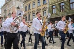 LVIV, DE OEKRAÏNE - MEI 2018: Het muzikale orkest presteert bij een tentoonstellingsoverleg tijdens een parade in het centrum van Stock Fotografie