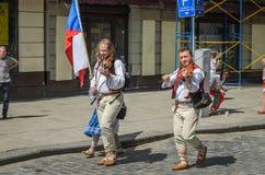 LVIV, DE OEKRAÏNE - MEI 2018: Musiciviolisten in Carnaval-kostuums in Carnaval in het stadscentrum royalty-vrije stock foto's