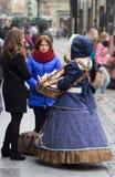 LVIV, de OEKRAÏNE - November 15: Het meisje in een mooi kostuum verkoopt suikergoed in Lviv-Marktvierkant, 15 November, 2015 in L Stock Foto