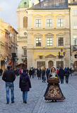 LVIV, de OEKRAÏNE - November 15: Het meisje in een mooi kostuum verkoopt suikergoed in Lviv-Marktvierkant, 15 November, 2015 in L Stock Fotografie