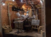 Lviv, de Oekraïne - Oktober 18, 2015: De banketbakkers werken voor een showcase Royalty-vrije Stock Fotografie