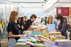 LVIV, DE OEKRAÏNE - SEPTEMBER 19, 2018: Boekhandelaars en klanten onder boekenstalletjes bij de Internationale Boekenbeurs van 25 stock foto's