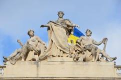 Lviv, de Oekraïne, 15 September, 2013 De bouw van de Nationale die Universiteit van Lviv na Ivan Franko, beeldhouwwerk op het dak Stock Afbeeldingen