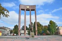Lviv, de Oekraïne, 15 September, 2013 Het monument aan Stepan Bandera op het vierkant van Kropivnitsky Royalty-vrije Stock Foto's