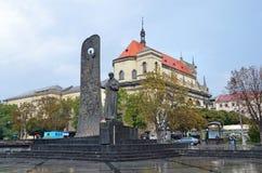 Lviv, de Oekraïne, 16 September, 2013 Het monument aan Taras Shevchenko en de Jezuïetkerk in Lviv Royalty-vrije Stock Foto's
