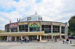 Lviv, de Oekraïne, 15 September, 2013 Mensen die dichtbij de bouw van het circus in Lviv lopen Stock Foto