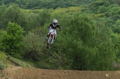 LVIV, DE OEKRA?NE - MAG, 2019: De atletenmotorracer berijdt en springt op een enduromotorfiets op een motocrossspoor royalty-vrije stock foto's