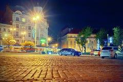 Lviv futuriste dans des lumières de nuit Photographie stock libre de droits