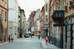 Lviv - Jule 07 2013: calle en la parte turística de la ciudad de Lviv Foto de archivo libre de regalías