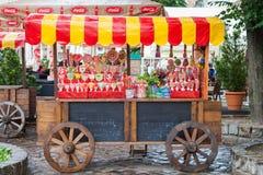 Lviv - Jule 05 2013: godisen shoppar på trävagnen Royaltyfria Bilder