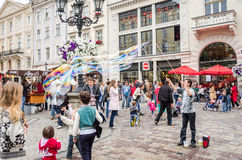 Lviv l'Ukraine en juin 2015 : Le type amuse des enfants au centre de Lviv à la place du marché pour des enfants commençant les bu Photographie stock libre de droits